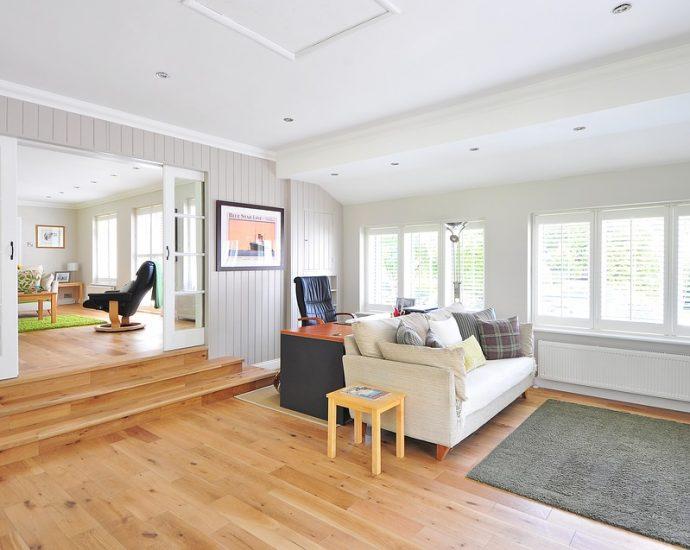 wnętrze nowego mieszkania - drewniana podłoga