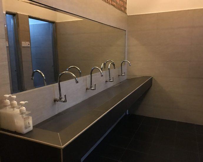 duże łazienkowe lustra